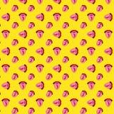Безшовная картина с накаленным докрасна перцем chili на языке Девушка показывает язык Губы стиля искусства попа красные на желтой иллюстрация штока