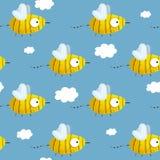 Безшовная картина с нарисованными вручную пчелами в голубом небе Стоковое Изображение