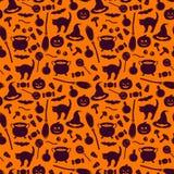 Безшовная картина с родственными силуэтами праздника хеллоуина на оранжевой предпосылке Традиционные атрибуты ведьм иллюстрация штока