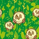 Безшовная картина с смешным крупно-наблюданным сычом на зеленой предпосылке вектор Стоковые Изображения