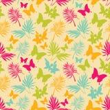 Безшовная картина с тропическими цветками, листьями ладони и бабочками иллюстрация штока