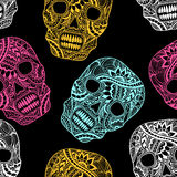 Безшовная картина с украшает покрашенные черепом цвета орнамента полные на черноте Стоковое Фото
