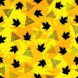 Безшовная картина с черными кленовыми листами и треугольниками на co Стоковое фото RF