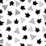 Безшовная картина с черными кленовыми листами и треугольниками на wh Стоковая Фотография RF
