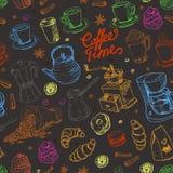 Безшовная картина с элементами кофе на черной предпосылке Стоковое Изображение RF