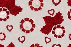 Безшовная картина с handmade цветками и листьями вязания крючком Linen творческие Ирландские хлопка вяжут цветки и сердца крючком Стоковая Фотография RF