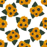 Безшовная предпосылка с желтыми солнцецветами и листьями Стоковые Фотографии RF