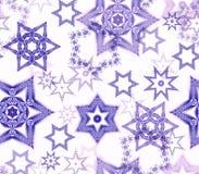 Безшовная текстура с орнаментами фрактали снежинки в фиолетовом ярком блеске на белизне Стоковые Изображения RF