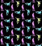 Безшовная skateboarding картина с пестроткаными силуэтами скейтбордистов на черной предпосылке иллюстрация штока