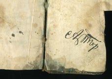 безшовное изображение старого пожелтетого листа бумаги с темными пятнами и факсимиле надписи Стоковые Фото