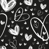 Безшовной нарисованная рукой белая текстура сердца на черной предпосылке Стоковое Изображение