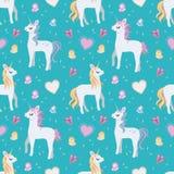 Безшовный белый единорог мультфильма с белокурыми и розовыми гривой, сердцами и бабочками на яркой предпосылке teal бесплатная иллюстрация