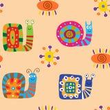 Безшовный орнамент с милыми улитками шаржа на бежевой предпосылке бесплатная иллюстрация