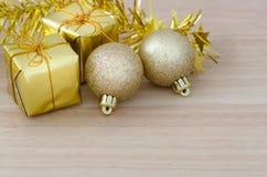 Безделушка рождества золота и 2 присутствующих коробки Стоковая Фотография RF