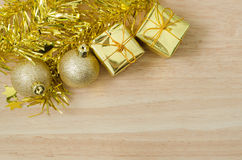 Безделушка рождества золота и 2 присутствующих коробки Стоковая Фотография