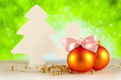 2 безделушки и дерева рождества на зеленой предпосылке Стоковая Фотография