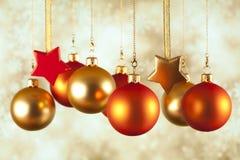 Безделушки и звезды рождества на абстрактной предпосылке Стоковые Фото