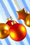 Безделушки и звезды рождества на сделанной по образцу предпосылке Стоковые Фото