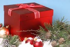 Безделушки и подарочная коробка сосен рождества Snowy стоковое изображение