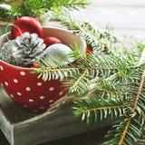 Безделушки рождества в красной кружке Стоковое фото RF