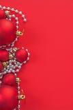 Безделушки рождества изображения Copyspace на красной предпосылке Стоковое фото RF