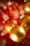 Безделушки рождества и белые снежинки на красной предпосылке Стоковые Фотографии RF