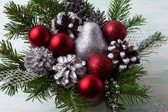Безделушки рождества красные, серебряная груша яркого блеска и украшенная сосна Стоковое Изображение