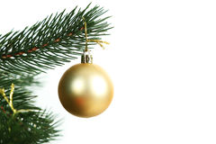 Безделушки рождества на рождественской елке на белой предпосылке Стоковые Фотографии RF