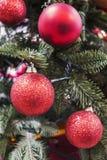 Безделушки рождества на рождественской елке Стоковые Фото