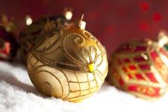 Безделушки рождества орнамента на красной предпосылке Стоковое фото RF