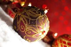 Безделушки рождества орнамента на красной предпосылке Стоковое Изображение