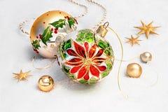 Безделушки рождества с дизайном poinsettia и золотыми украшениями Стоковое Фото