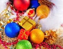Безделушки рождества, шляпа рождества, подарочные коробки на песке Стоковые Фото