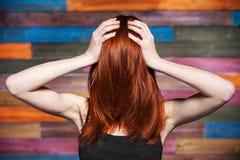 Безликая женщина держа ее голову Красные волосы покрыли сторону Стоковое Изображение