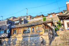 Без названия туристы и много магазинов на улице Samcheong Дуна на Ju Стоковое Изображение