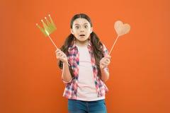 Без ожидания вознаграждения Крона и сердце упорки удерживания маленькой девочки на ручке как любимое вознаграждение Милая мини ми стоковое фото rf