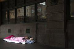 Бездомные как спать на мостоваой Стоковая Фотография