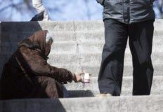Бездомный умолять женщины Стоковое Изображение