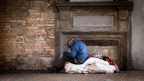 Бездомный человек на улице Стоковые Фото