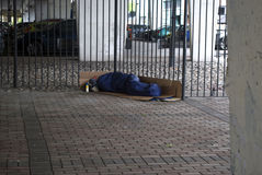 Бездомный человек спать под мостом Стоковое фото RF