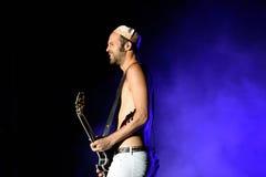 Без рубашки гитарист диапазона людей кристаллических бойцов электронного выполняет на фестивале FIB Стоковая Фотография RF