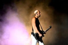 Без рубашки гитарист диапазона людей кристаллических бойцов электронного выполняет на фестивале FIB Стоковая Фотография