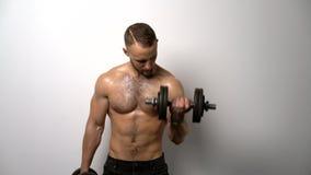 Без рубашки мышечная тренировка человека с диапазоном сопротивления акции видеоматериалы
