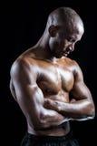 Без рубашки спортсмен стоя при пересеченные оружия пока глаза закрыли Стоковая Фотография