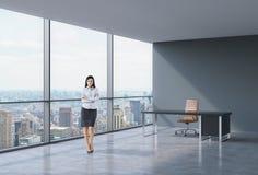 Без сокращений дамы дела брюнет в рабочем месте на современном угловом панорамном офисе в Нью-Йорке, Манхаттане Концепция financ Стоковые Фото