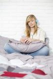 Без сокращений девочка-подростка слушая к музыке в спальне Стоковая Фотография RF