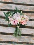 Без сокращений красочного букета роз помещенных на деревянной предпосылке Стоковое Изображение