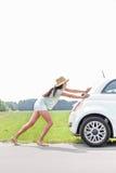 Без сокращений нажатия женщины сломанного вниз с автомобиля на проселочной дороге Стоковые Изображения