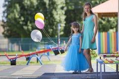 Без сокращений портрет молодой белокурый усмехаться счастливо мать и s Стоковое Изображение RF