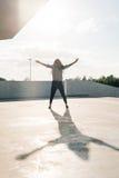 Без сокращений фото активных афро-американских танцев подростка в улице Стоковые Изображения